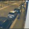 Writer vandali imbrattano furgone e muro di un palazzo