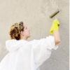 I volontari di Como pulita al lavoro. Cancellate le scritte dalla Pinacoteca