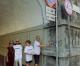 I volontari dell'Associazione «4 Tunnel» puliscono le tag del sottopasso