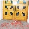 Lancio di vernice rossa sul sagrato della chiesa Puliscono i parrocchiani