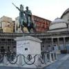 Piazza Plebiscito, via sporco e graffiti. Ma è solo un trucco per il cinema: carta da parati su colonne e marmi