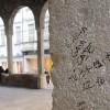 Graffiti sulle pietre del 1200: la Loggia deturpata