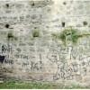 Dediche vandaliche sui muri del castello Caccia ai due autori