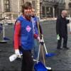 Roma, l'ambasciatrice di Francia con la ramazza a piazza Farnese – La notizia