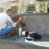 Il graffitaro della piazza ripulisce i marmi sporcati