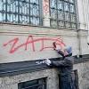 Palazzina Liberty ripulita dai graffiti «Grazie ai volontari». Ma è polemica