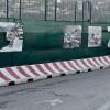 I vandali non risparmiano le paratie Sfregio sulle foto che celebrano la storia