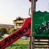 Vandali in azione nel parco giochi Scivoli imbrattati: sdegno on-line