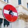 Cartelli stradali trasformati in opere d'arte in Darsena