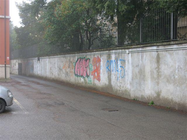 Il muro dell'ingresso della scuola com'era prima dell'intervento
