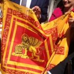 La bandiera donata dagli esercenti e dai cleaner volontari di Venezia all'Assessore Maggioni
